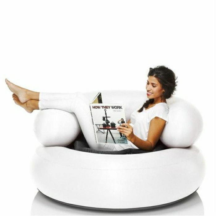 2-un-joli-canapé-gonflable-blanc-pour-vous-détendre-dans-le-salon
