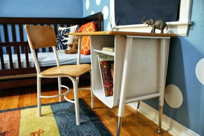 2-une-jolie-chambre-d-enfant-chaise-dans-la-chambre-d-enfant-garçon-murs-bleus