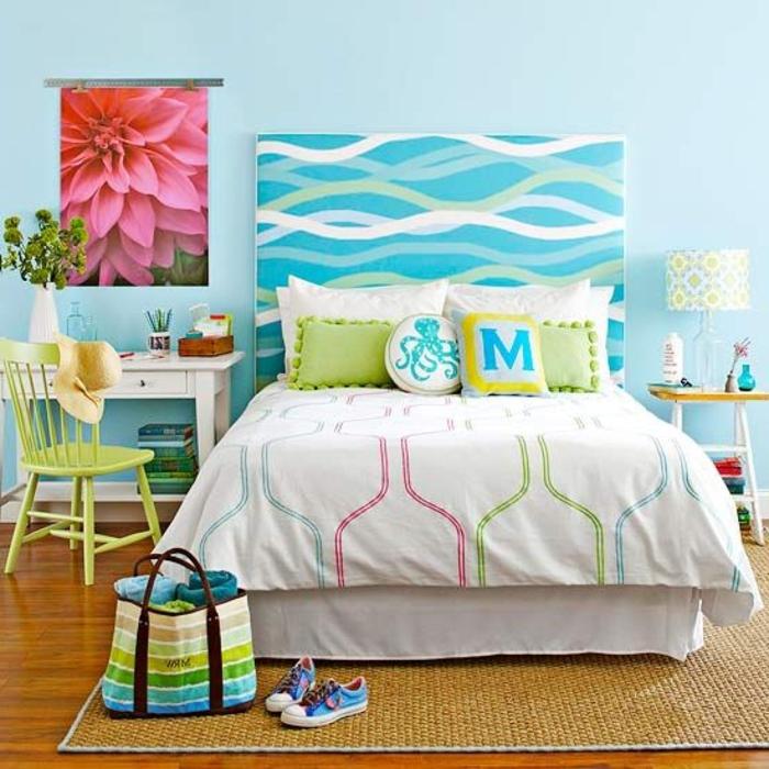 3-idee-deco-chambre-à-coucher-tapis-en-rotin-mur-bleu-ciel-decoration-chambre-a-coucher-moderne