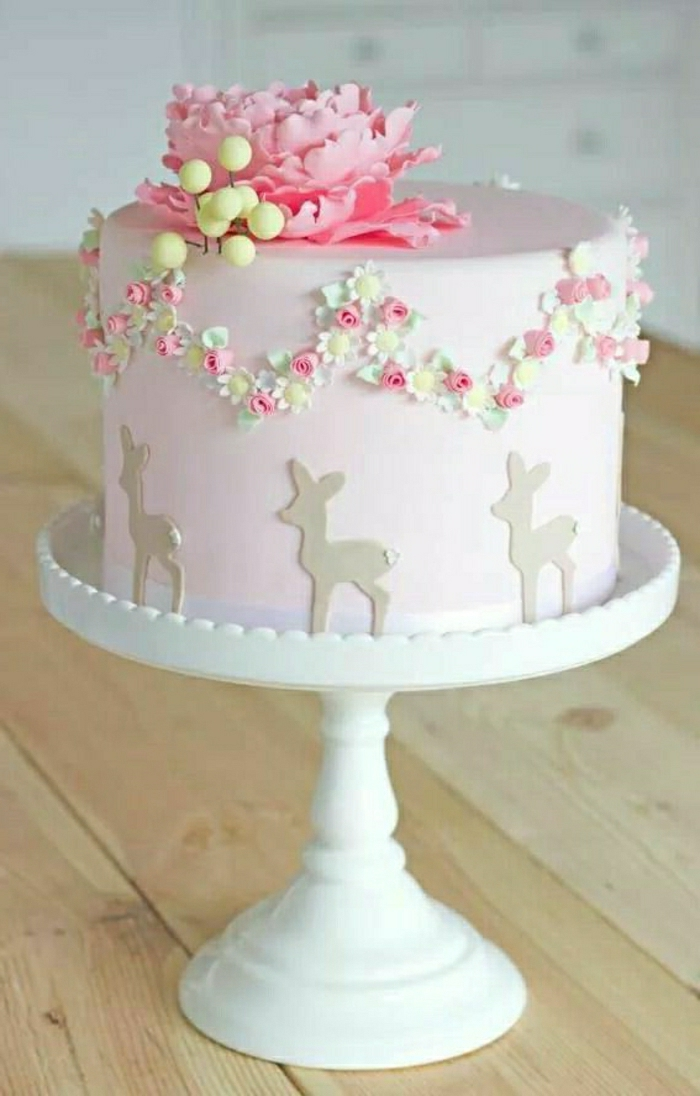 Conte-de-fée-idée-déco-festive-3-ans-gateau-anniversaire-fille-5-ans-4-ans-en-rose-avec-fleurs-fillette
