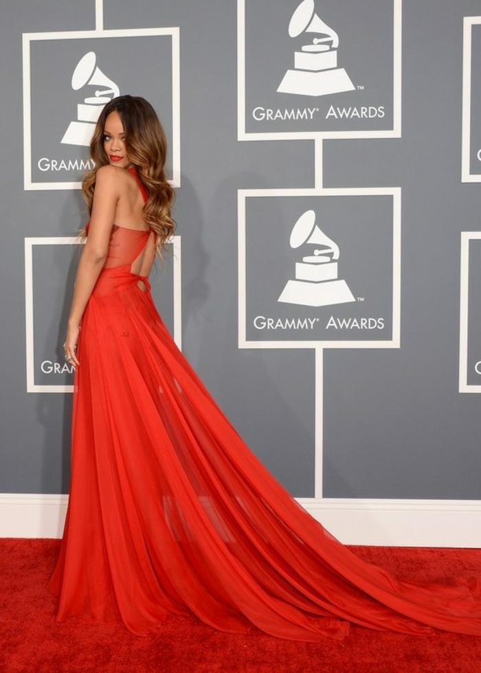 Elegante-avec-une-robe-longue-de-soirée-spéciale-belle-rihanna-grammy