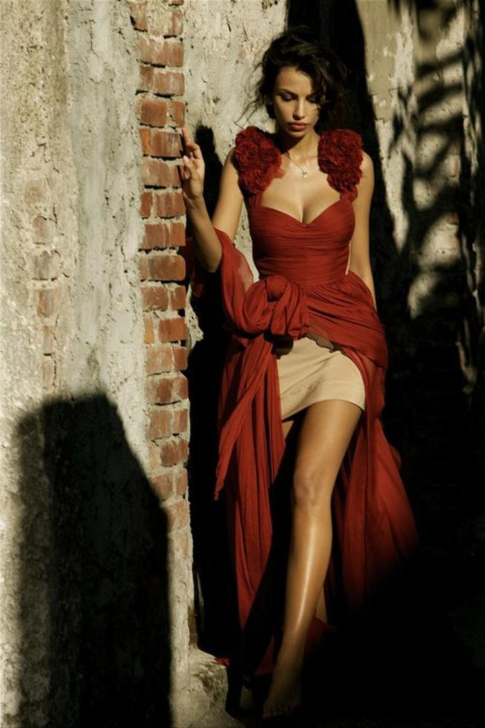 Elegante-avec-une-robe-longue-de-soirée-spéciale-rouge-sobre