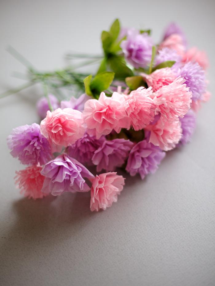 Idée-omment-faire-une-fleur-en-papier-crepon-fleur-bouquet-rose-et-violet
