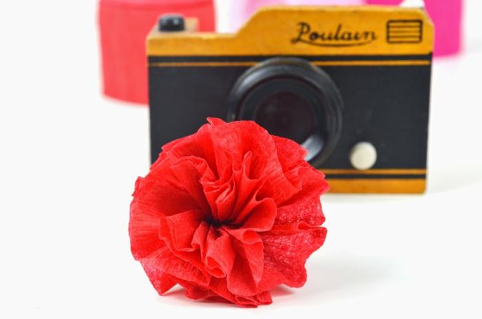 Idée-omment-faire-une-fleur-en-papier-crepon-fleur-rouge-vintage