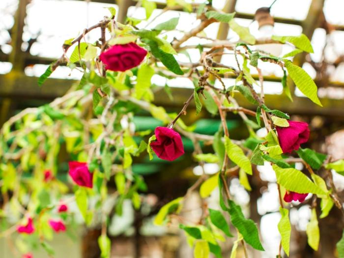 Une-fleur-en-papier-crépon-idée-originale-fleur-en-papier-crépon-roses-sur-arbre