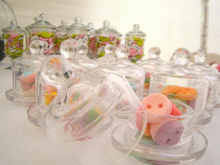 Verre-bonbonnière-idée-creative-pour-la-déco-pot-en-verre-bonbons-differents-couleurs
