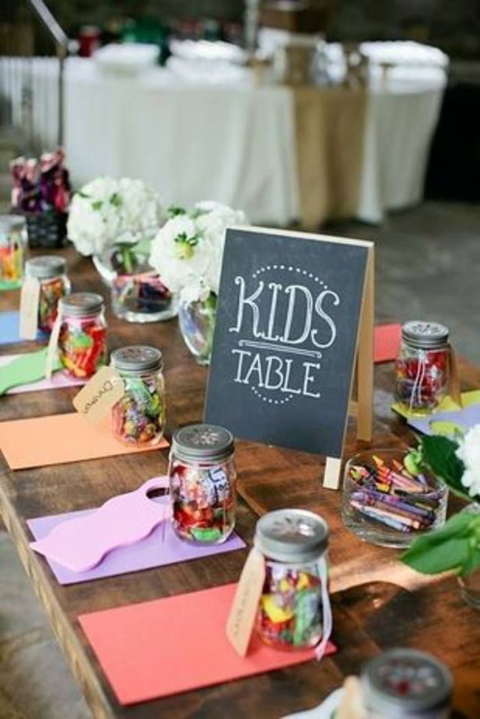 Verre-bonbonnière-idée-creative-pour-la-déco-pot-en-verre-déco-table-enfants-mariage