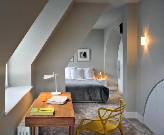 aménagement-de-combles-murs-beiges-chaise-jaune-bureau-en-bois-chaise-en-fer-jaune