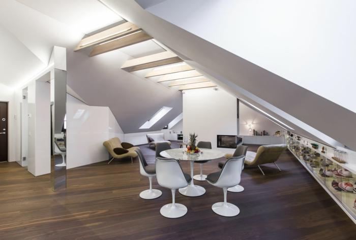 aménagement-de-combles-murs-blancs-sol-en-parquette-en-bois-foncé-table-et-chaises-en-forme-de-tulipe