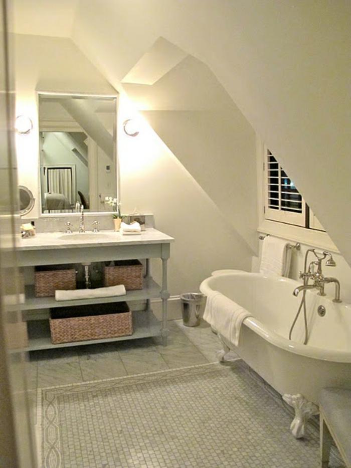 aménagement-de-combles-salle-de-bain-blanche-baignoire-blanc-sol-en-mosaique