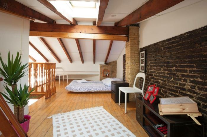 aménagement-de-combles-sol-en-parquette-clair-en-bois-tapis-blanc-mur-de-briques