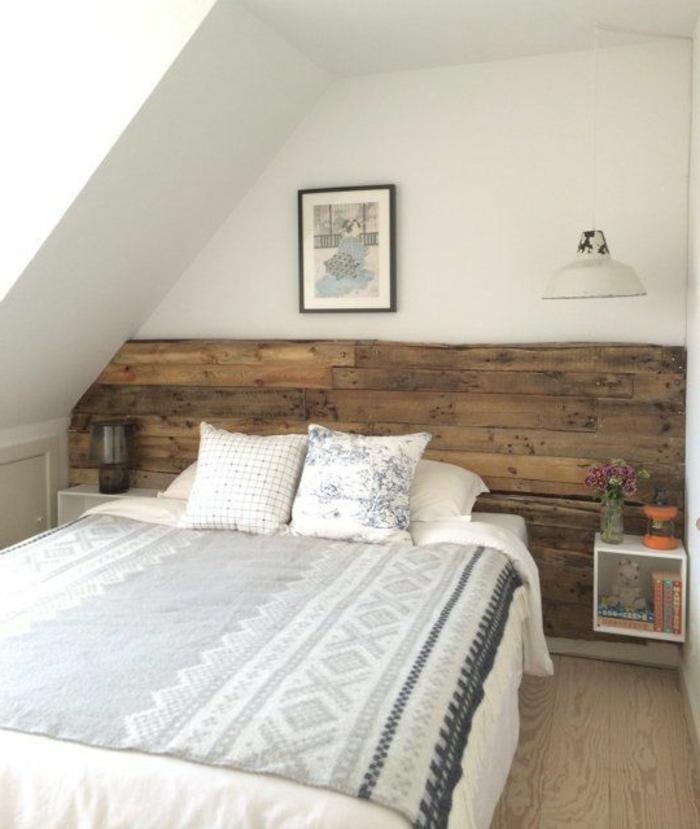 aménagement-de-combles-une-chambre-à-coucher-sous-pente-linge-de-lit-blanc-coussins-blancs