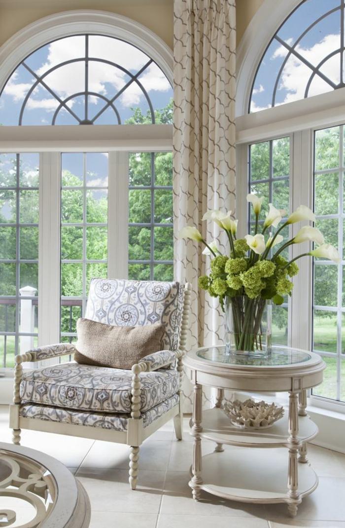aménagement-espace-salon-avec-le-fauteuil-convertible-lit-belle-fleurs-vase-grande-fenetre
