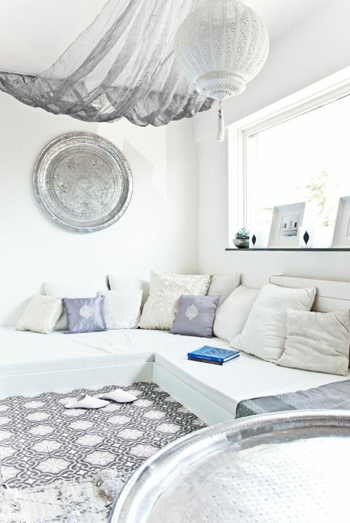 aménagement-salon-marocain-design-decoration-marocaine-blanche-chambre-salle-de-séjour-lustre-oriental