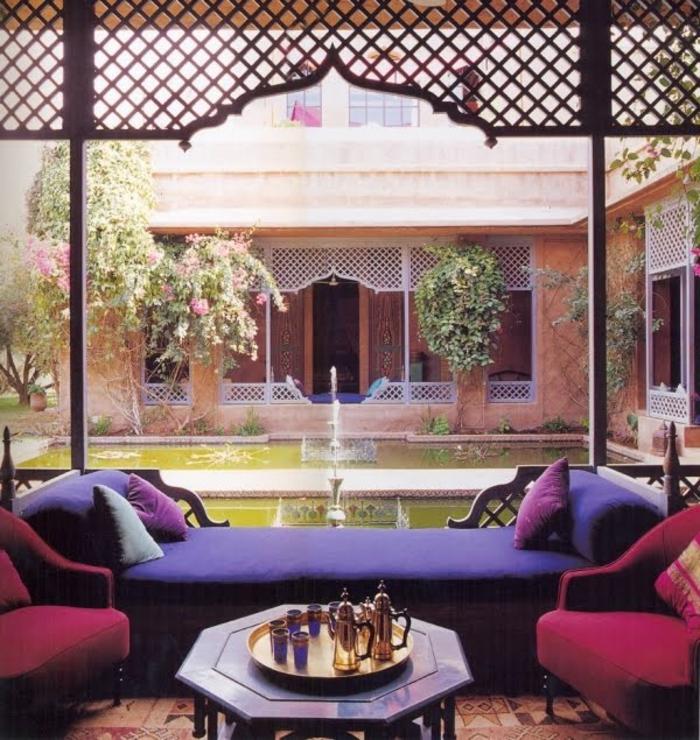 aménagement-salon-marocain-design-decoration-marocaine-oriental-canapé-violet-fountain