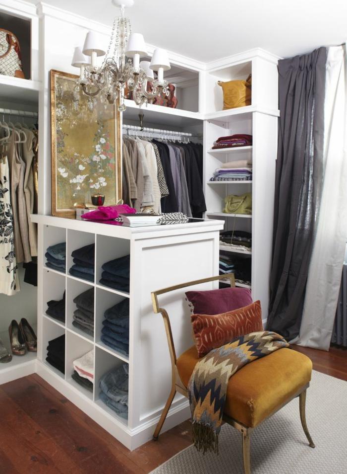 aménager-un-dressing-armoire-ouverte-étagère-blanche