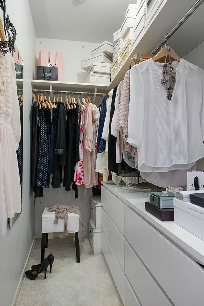 aménager-un-dressing-dressing-avec-placards-penderie-et-boîtes