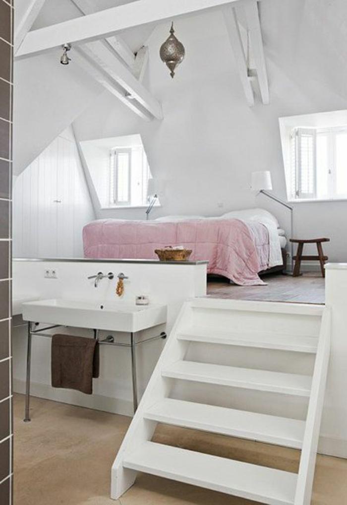 amenagement-comble-chambre-à-coucher-de-couleur-blanche-escalier-en-bois-blanc