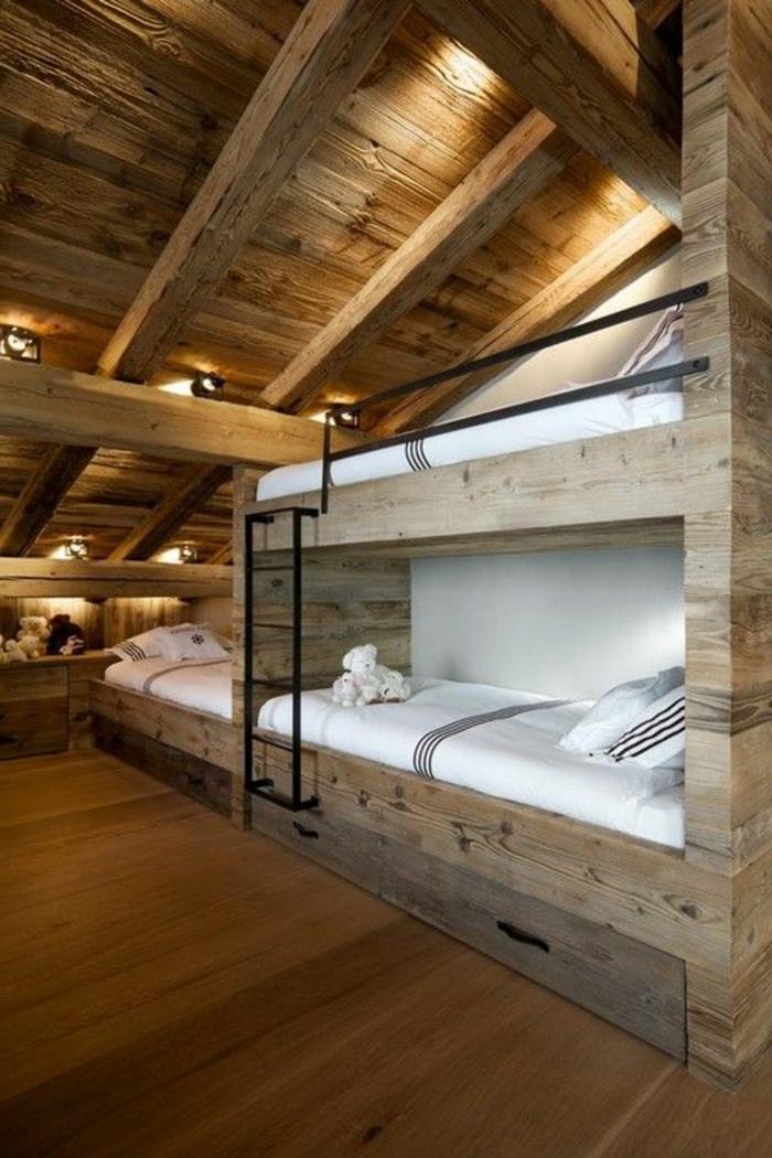 amenagement-comble-une-jolie-chambre-d-enfant-sous-combles-parquette-en-bois-foncé-bois-massif