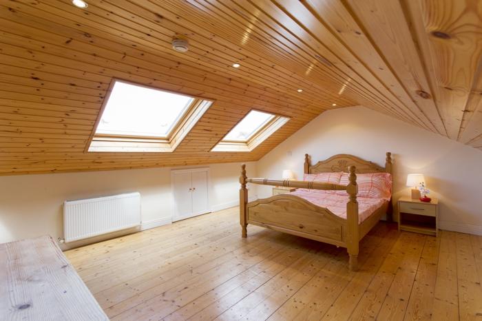 amenager-comble-chambre-à-coucher-en-bois-clair-meubles-dans-la-chambre-à-coucher