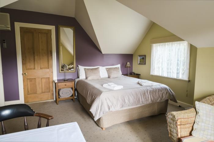 amenager-comble-chambre-à-coucher-sous-pente-mur-violet-mur-vert-fenetre-dans-la-chambre-à-coucher