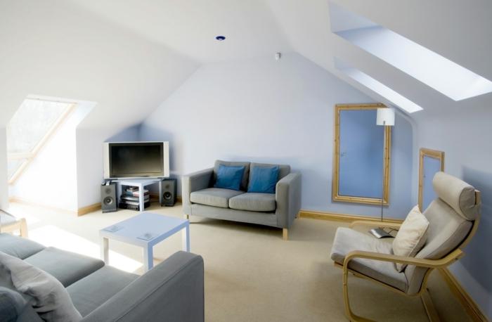 amenager-comble-un-salon-sous-pente-mur-bleu-ciel-meubles-dans-le-salon-canapes-gris