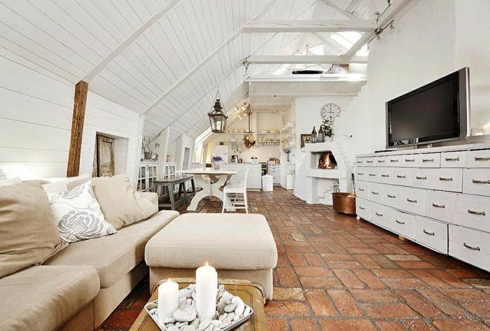 amenager-comble-une-vaste-salle-de-séjour-sous-combles-plafond-sous-pente-en-bois