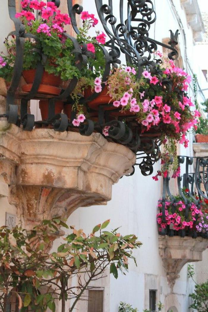 balcon-fleuri-beaucoup-de-fleurs-pour-le-balcon-terrasse-amenagement-balcon-idee-amenagement-terrasse-avec-fleurs-roses