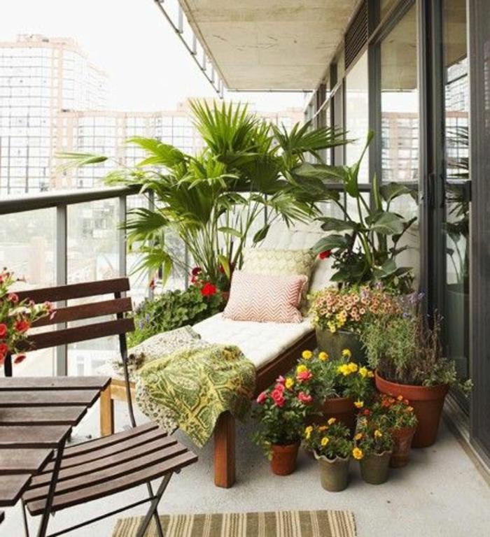 balcon-fleuri-beaucoup-de-fleurs-pour-le-balcon-terrasse-avec-un-amenagement-d-extérieur