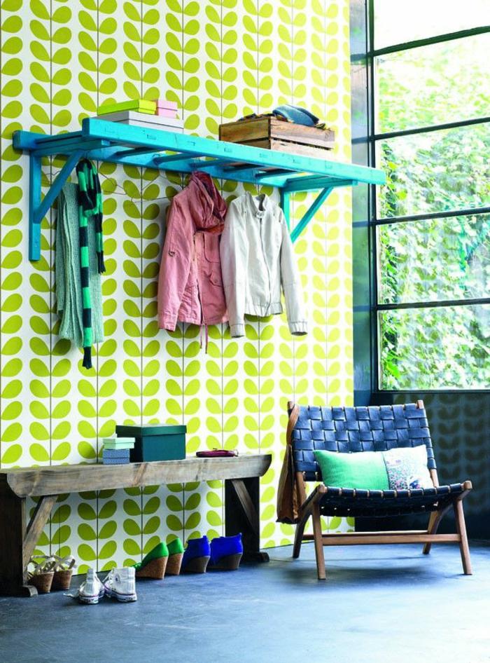 banc-de-rangement-entrée-merveilleuse-avec-papier-peint-géométrique-et-banquette