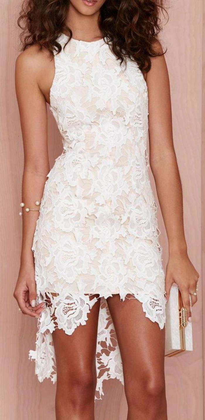 belle-robe-blanche-a-dentelle-style-chique-tenue-du-jour-cheveux-bouclés