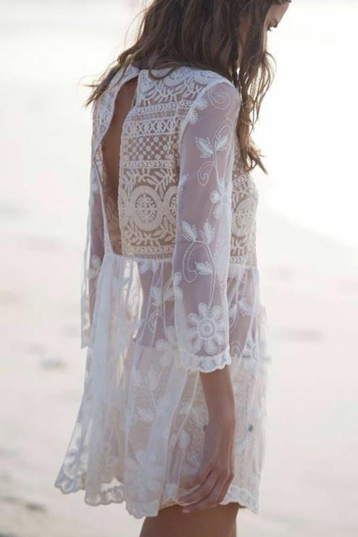 belle-robe-blanche-a-dentelle-style-chique-tenue-du-jour-femme-au-bord-de-la-mer