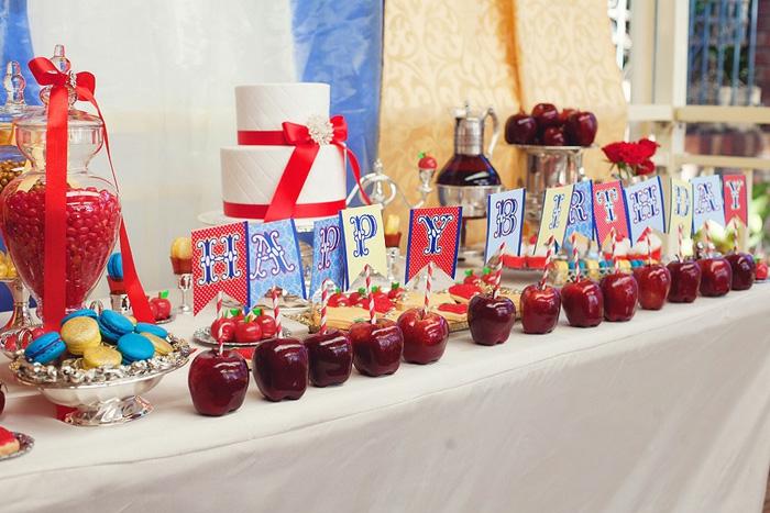 blanche-neige-et-les-7-nains-déco-anniversaire-enfant-pommes-rouges-gateau