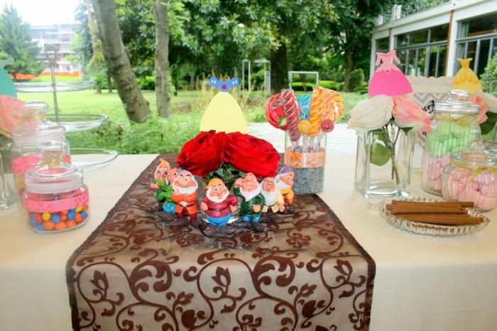 blanche-neige-et-les-sept-nains-déco-anniversaire-enfants-jardin-et-table-bien-décorée