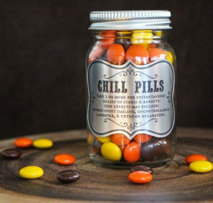bonbonnière-de-mariage-festive-bonbons-dragées-colorés-idée-deco-medecine-bonbon-heureux-chill-pill