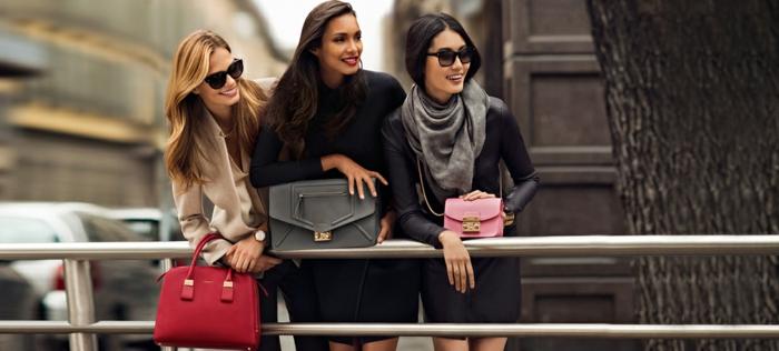 boutique-vallée-village-sac-candy-furla-à-main-rouge-gris-rose-trois-femmes-modèles