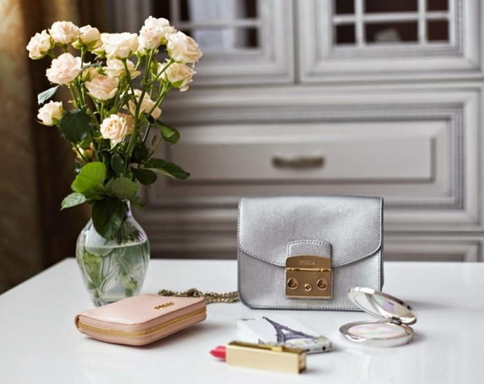 boutique-vallée-village-sac-candy-furla-fleurs-dans-vase-verre-ronde-roses