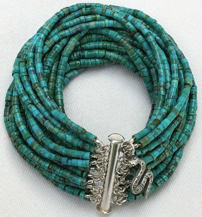 bracelets-brésilien-tuto-bracelet-brésilien-coloré-idee-en-bleu-foncé-bijoux-bracelets-diy