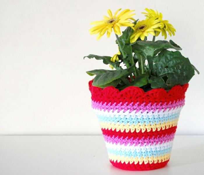cache-pot-pas-cher-au-crochet-multicolore