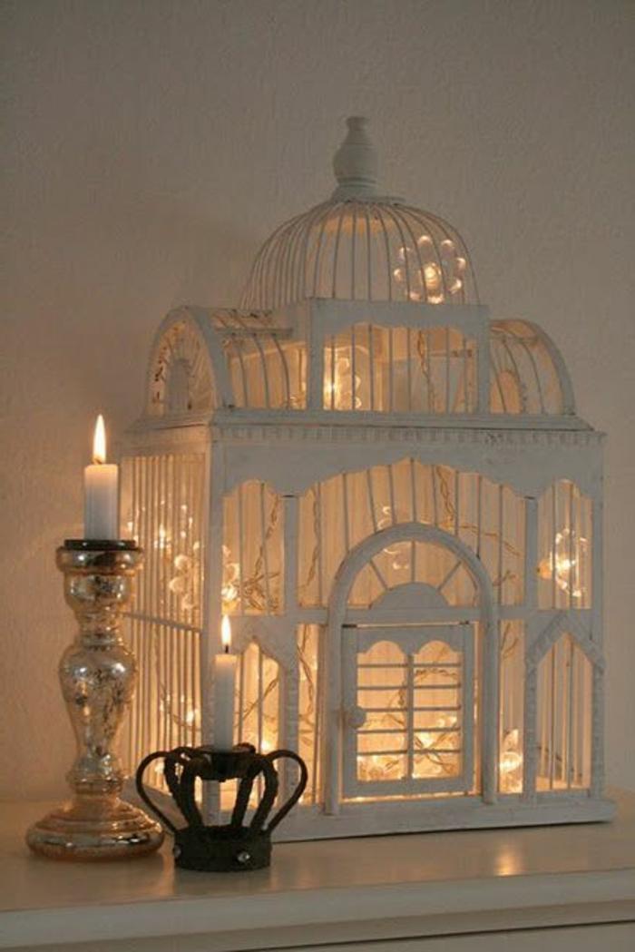 cage-à-oiseaux-décorative-avec-bougies-allumées-et-lumières