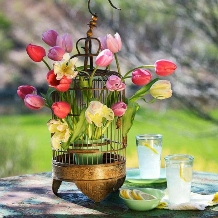 cage-à-oiseaux-décorative-avec-tulipes-déco-de-table