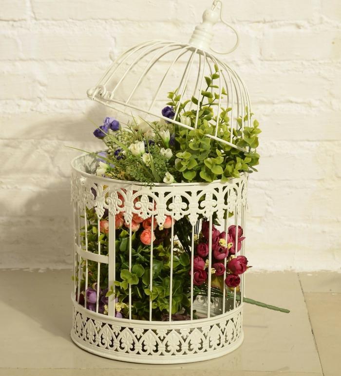 cage-à-oiseaux-décorative-décoration-rustique-avec-des-fleurs