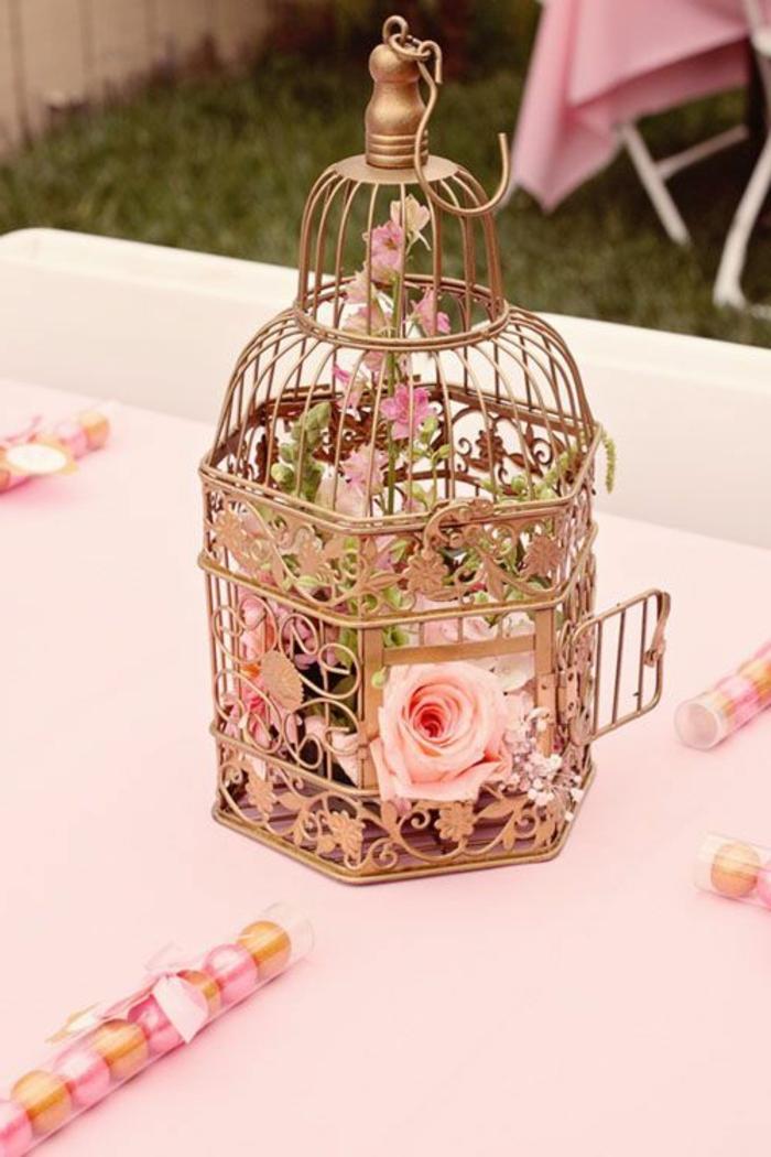 cage-à-oiseaux-décorative-en-bronze-remplie-de-roses