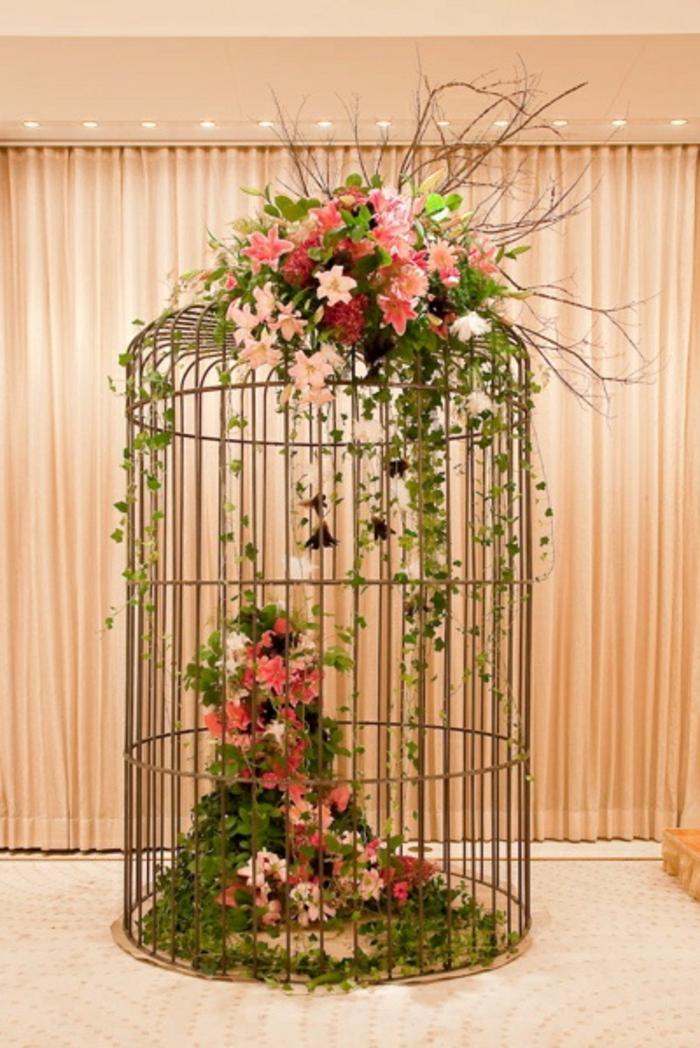 cage-à-oiseaux-décorative-et-jolie-composition-florale