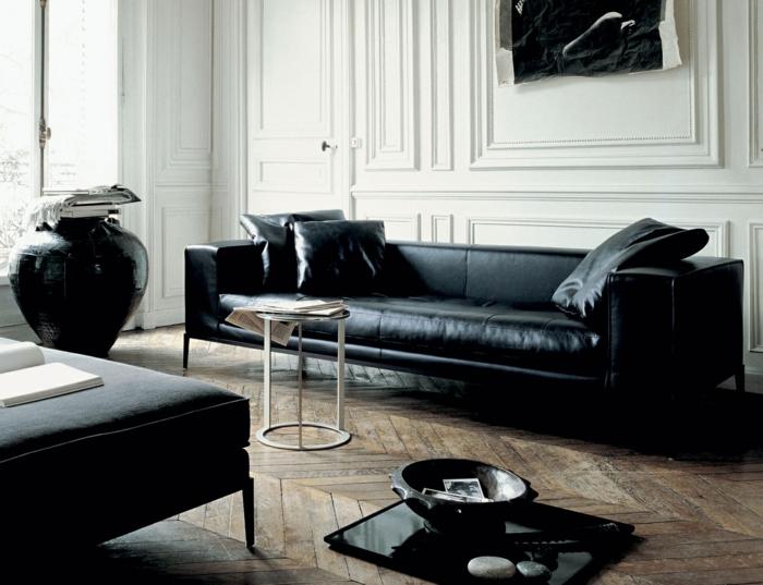 canapé-club-cuir-noir-dans-le-salon-rétro-chic-avec-parquette-en-bois-vieilli