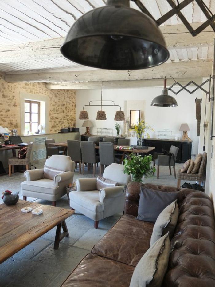 canapé-club-dans-le-salon-moderne-avec-petite-table-basse-en-bois-et-fauteuil-club-cuir