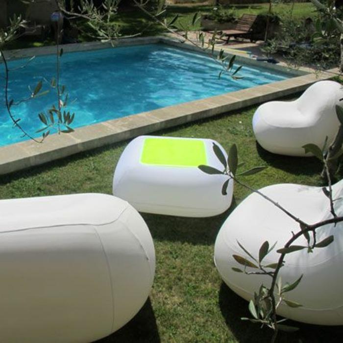 canapé-gonflable-blanc-avec-un-design-moderne-qui-nous-a-inspiré-pour-le-jardin-avec-pelouse-verte