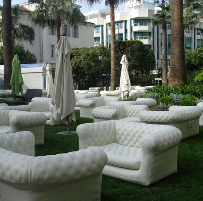 canapé-gonflable-blanc-avec-un-design-moderne-qui-nous-a-inspire-pour-le-jardin-avec-une-pelouse-verte