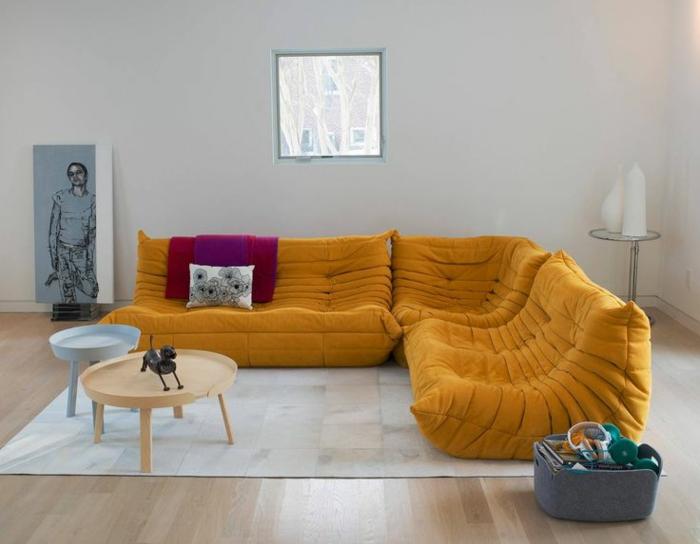 canapé-togo-canapés-pouf-jaunes-et-deux-tables-basses