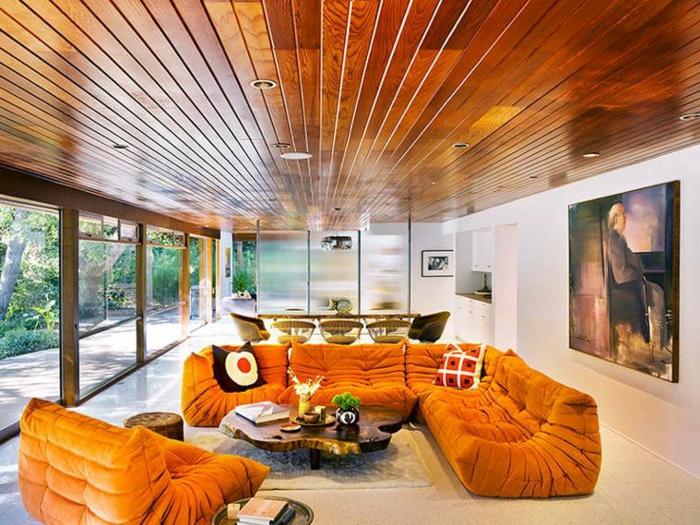 canapé-togo-canapés-togo-oranges-plafond-en-bois